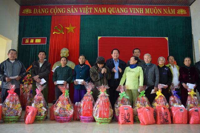 Xúc động nhận quà Tết từ Bộ trưởng Trương Minh Tuấn