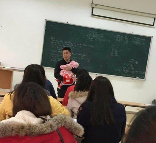 Tâm sự của thầy giáo bế con cho nữ sinh viên làm bài thi