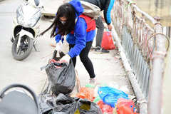 Thanh niên xả rác xuống sông, người dân bỏ rác ngoài thùng