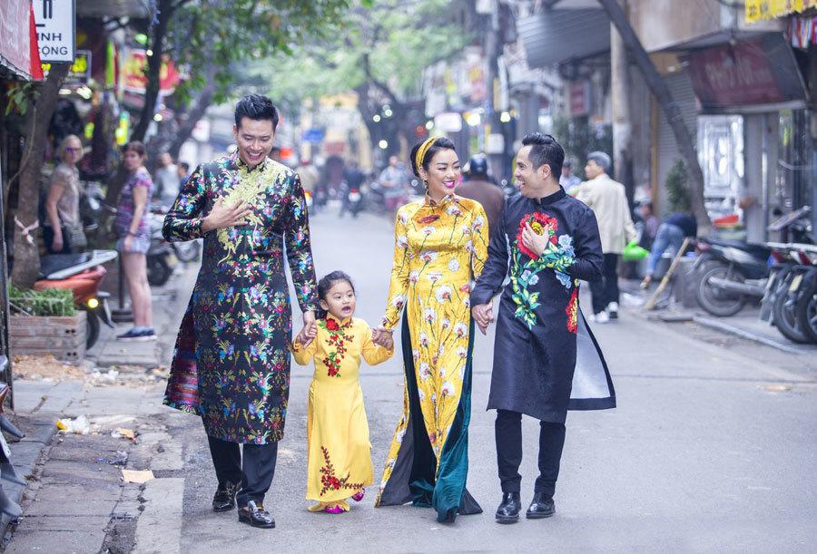 NTK Nhật Dũng cùng con gái nuôi sắm Tết Hà Nội