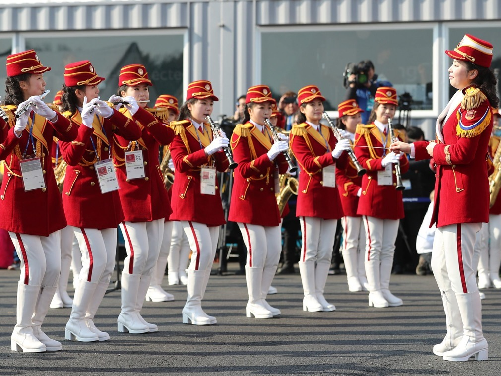 """Đội cổ động viên Triều Tiên gây """"choáng"""" tại lễ thượng cờ"""