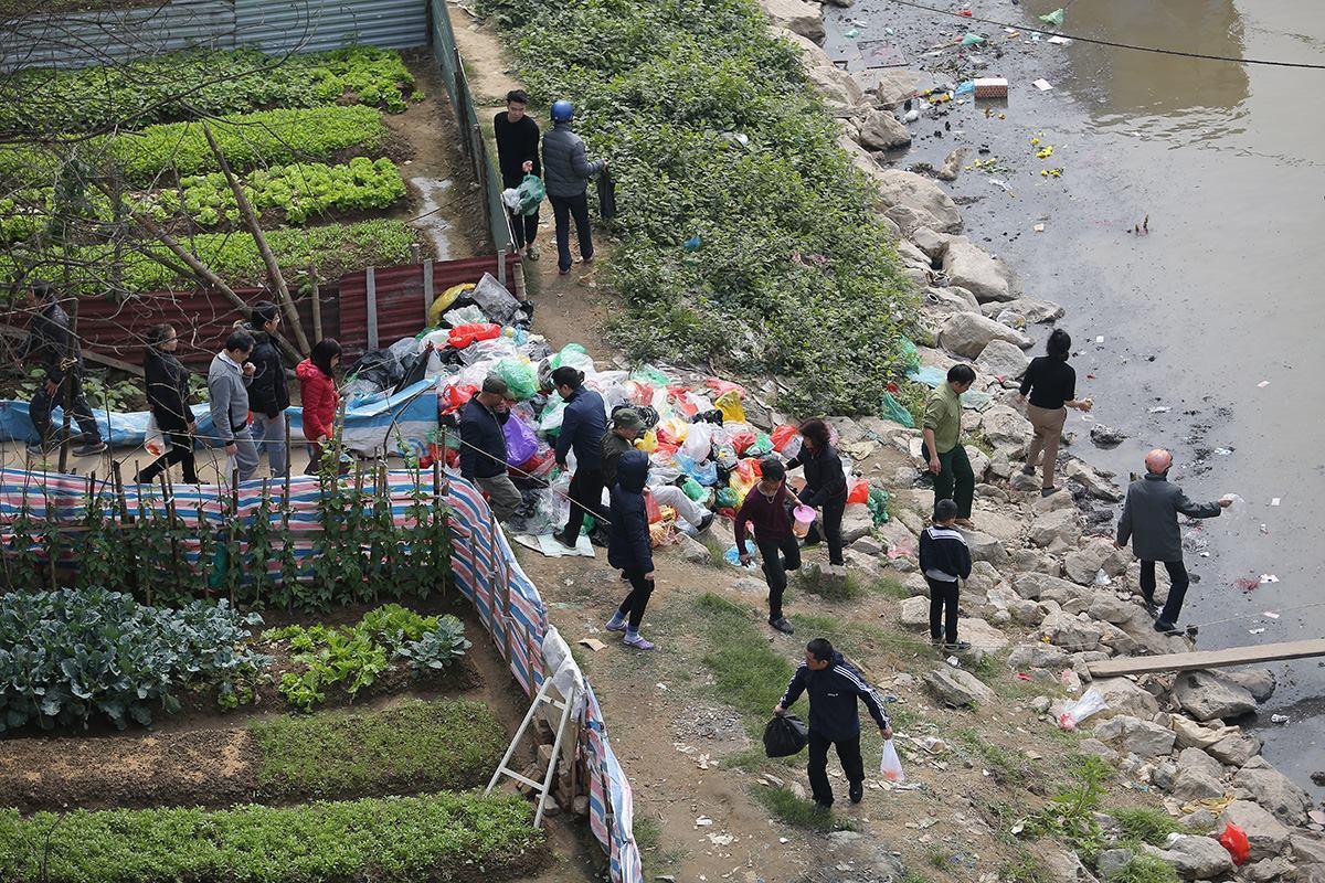Dân đổ cả thùng tro, cầu Chương Dương mù mịt