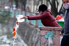 Ngày ông Táo, người dân tranh thủ thả cá trên đường đi làm