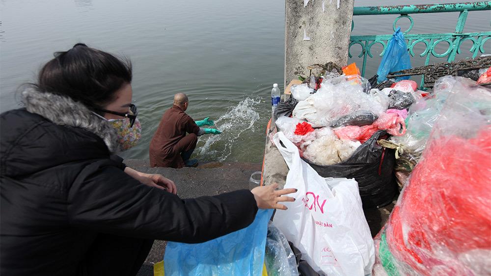 Nhà chùa gom túi sau phóng sinh tặng người bán rau