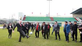 Đến Hà Nội, Chủ tịch FIFA làm xiếc với trái bóng