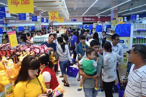 Siêu thị Co.opmart Hồng Ngự hút khách nhờ giảm giá mạnh