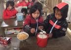 Xót cảnh học sinh vùng cao ăn cơm trộn mì tôm ngon lành