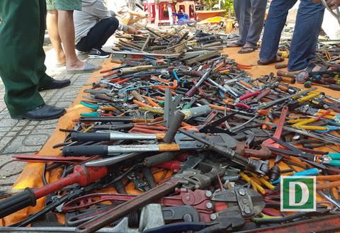 Lạ lùng hàng trăm người 'đổ xô' đi mua đồ cũ