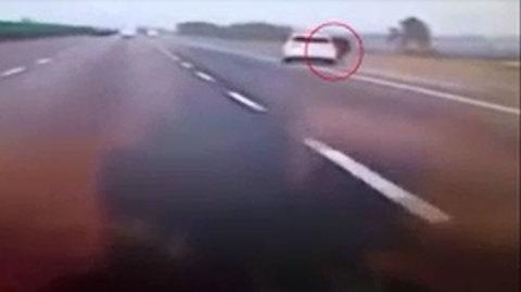 Cãi nhau, cô gái nhảy khỏi xe bạn trai đang phóng gần 100km trên cao tốc