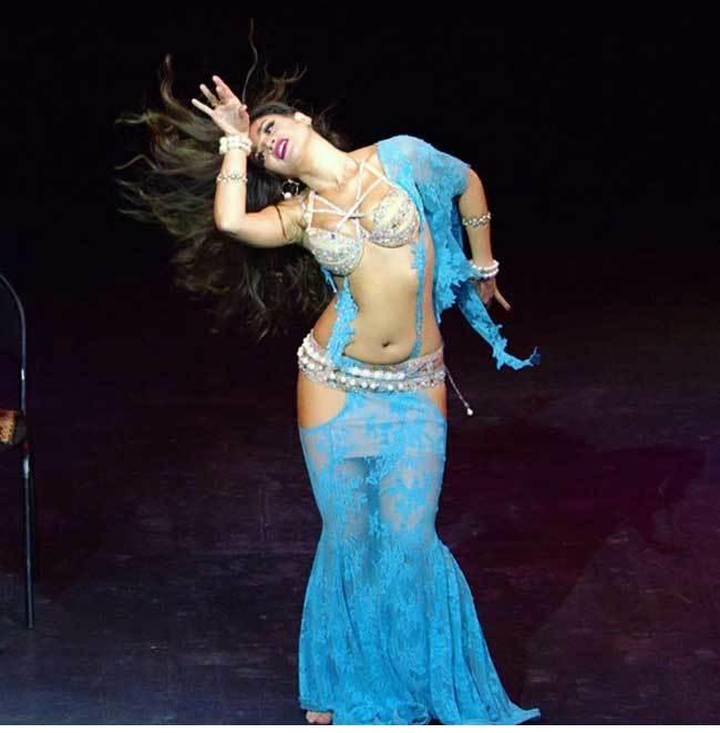 Ngắm vũ công múa bụng bị trục xuất vì quá quyến rũ