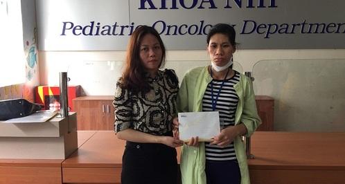 Trao hơn 26 triệu đồng tới em Phạm Thị Hà mắc bệnh ulympho