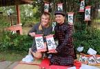 Du khách nước ngoài thích thú trải nghiệm Tết Việt