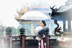 Hoa hậu Ngọc Hân diện áo dài Tết ở chùa cổ