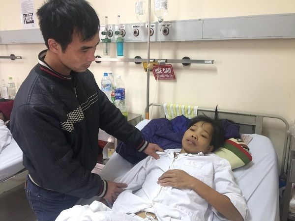 Rơi nước mắt chứng kiến chồng tàn tật chăm sóc vợ bệnh hiểm nghèo