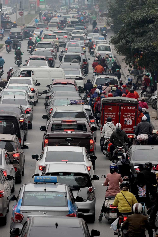 Tắc khủng khiếp giữa trưa từ ngõ ra đường lớn Hà Nội