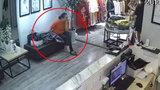 Hai phụ nữ vào cửa hàng thời trang trộm hàng chục triệu đồng