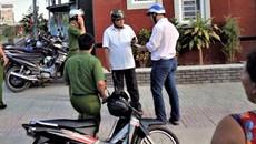 Dùng súng điện cướp xe ôm giữa ban ngày ở Sài Gòn