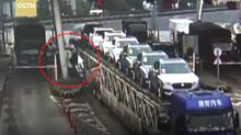Xe tải kéo sập buồng thu phí trên cao tốc