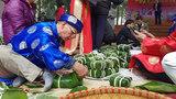 Hà Nội: Diện áo the khăn xếp thi gói bánh chưng tặng người nghèo