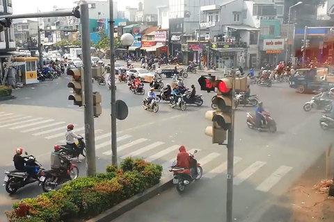 Nữ 'ninja' hồn nhiên dựng xe, ngồi vắt chân giữa ngã tư đèn đỏ