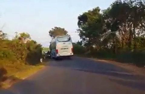 Xe khách vượt ẩu gây tai nạn, chỉ chăm chăm kiểm tra xe mình rồi bỏ đi