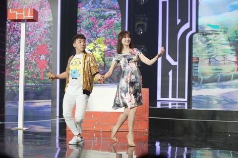 Trấn Thành- Hari Won liên tục chọc cười khán giả trong Gala Hài Xuân