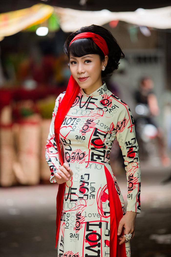 Ca sĩ Yến Xuân thướt tha áo dài xuống phố