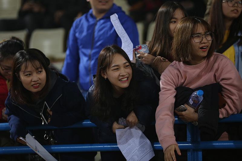 Quang Hải trốn fan nữ, Duy Mạnh, Văn Hậu bị 'quây'