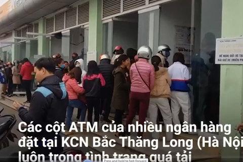 Công nhân rút tiền từ ATM cuối năm: Chen lấn, cãi vã và... chờ may mắn