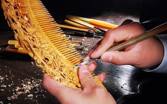 Thợ mộc đi bán lược chải tóc: Thu 360 tỷ/năm