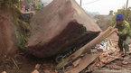 Đá khổng lồ rơi đè sập nhà dân ở Hòa Bình