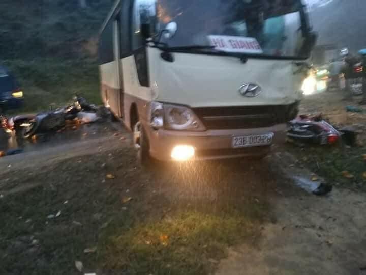 Xe máy đối đầu xe khách, 2 người chết