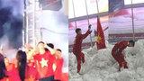 Bật cười với khoảnh khắc Đỗ Duy Mạnh của U23 Việt Nam sợ pháo bông trên sân khấu