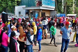 Gần 2.000 công nhân ở Đồng Nai xếp hàng nhận tiền hỗ trợ về Tết