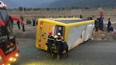 Lật xe chở khách về quê ăn Tết, 2 người thiệt mạng