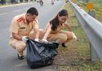 Nữ chiến sĩ CSGT xinh đẹp cặm cụi nhặt rác ngày cuối năm