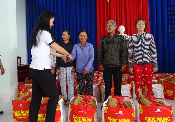 Quà Tết,trao quà Tết,trao quà cho người nghèo