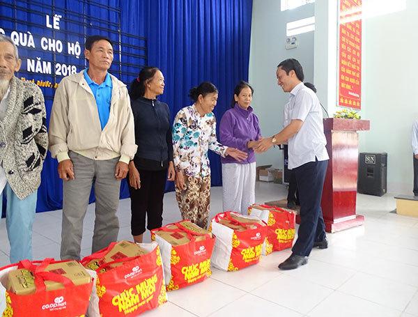 VietNamNet trao quà Tết cho người nghèo ở Thanh Phước
