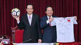Bóng và áo của U23 tặng Thủ tướng đấu giá được 20 tỷ
