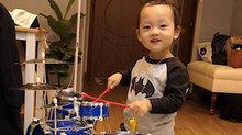 Ly Kute khoe cảnh con trai đánh trống điệu nghệ