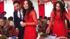 Cô dâu uống cả bát rượu đầy để nhận phong bì của khách mời