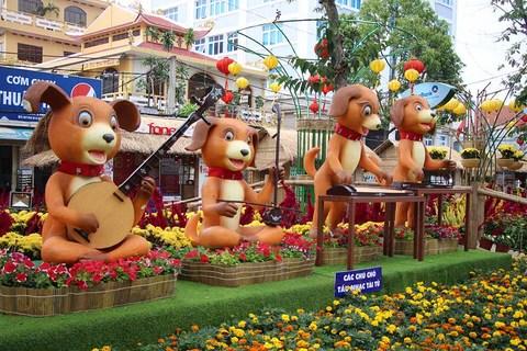 Nghìn người xem các chú chó tấu nhạc tài tử tại đường hoa Cần Thơ