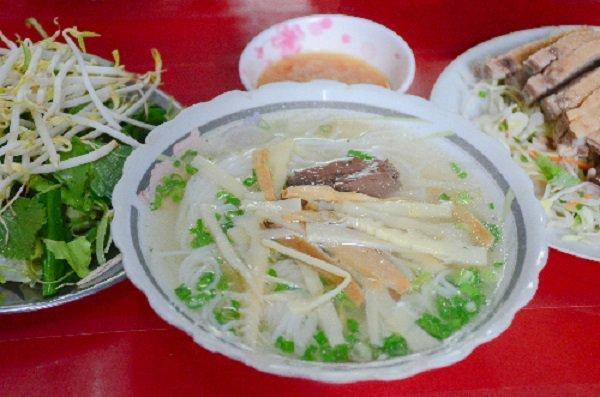 Quán bún vịt có thâm niên gần 6 thập kỷ đông nghịt khách ở Sài Gòn