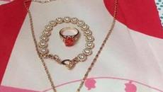 Cô vợ trẻ khoe được chồng tặng bộ trang sức bằng vàng dịp Valentine, nhiều chị em nghi ngờ chỉ là đồ mỹ ký