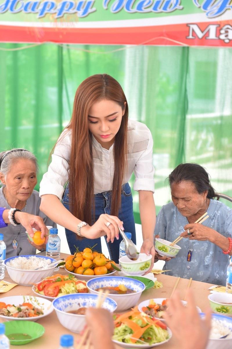 Hải Yến chuẩn bị bữa cơm tất niên cho người già neo đơn tại Cần Thơ