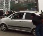Phụ nữ lái ô tô số sàn lên dốc và cái kết toát mồ hôi hột