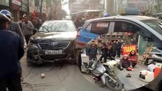 Xe Camry đâm liên tiếp trên phố Hà Nội chiều 28 Tết