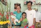 'Chị bán cơm - anh bảo vệ' từng gây sốt mạng bất ngờ khoe con mới sinh