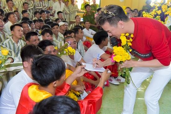 Đàm Vĩnh Hưng mang tiếng hát đến trại giam ngày Valentine - ảnh 6