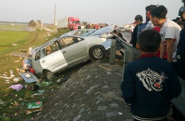 Thuê xe về quê dịp Tết, xế hộp nát bét 2 người chết